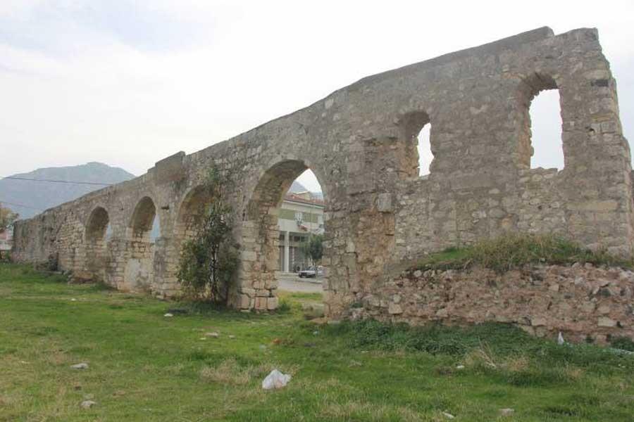 Tarihi su kemeri kaderine terk edildi