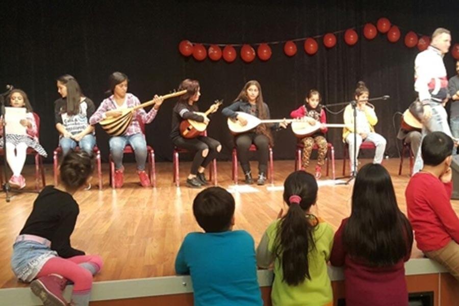 Çocuklar Kürtçe şarkı söyleyince belediye sesi kesti