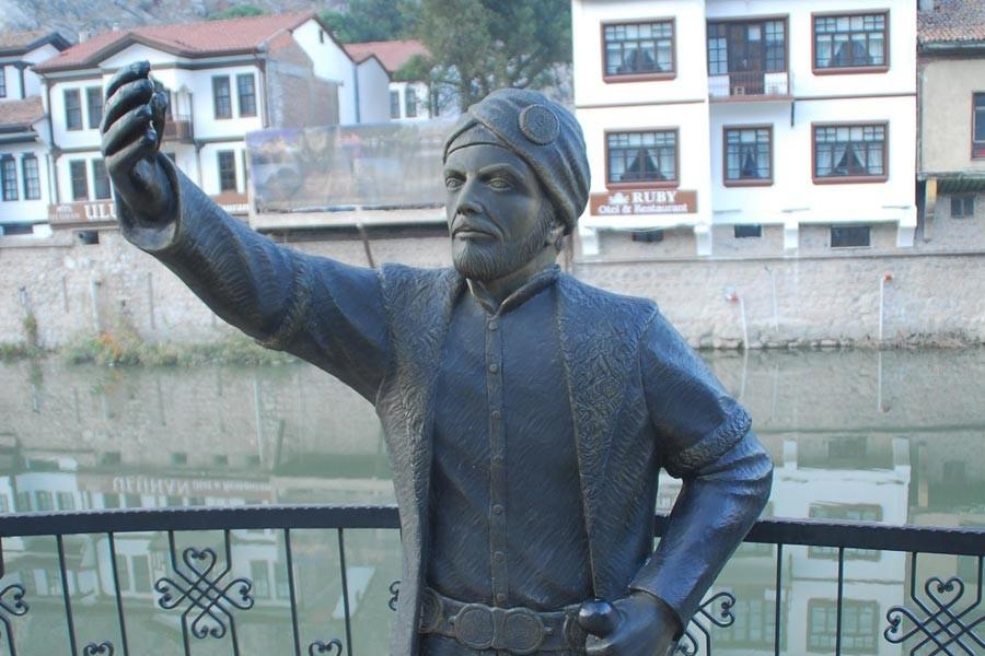 Selfie çeken şehzade heykelinin telefonunu kırdılar