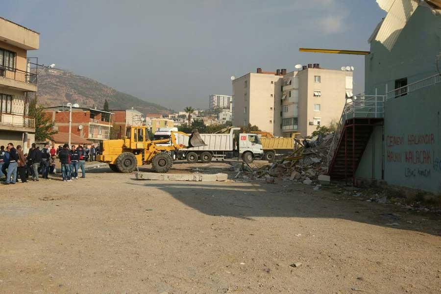 Bayraklı Cemevi'nin salonu şafak baskınıyla yıkıldı