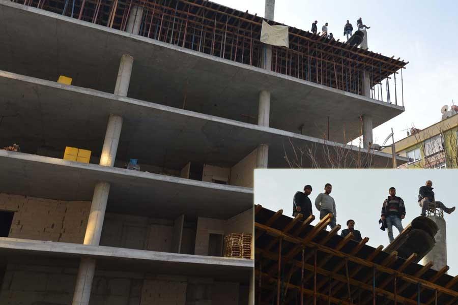 İnşaat işçileri, 5 katlı inşaatın tepesinde eylem yaptı