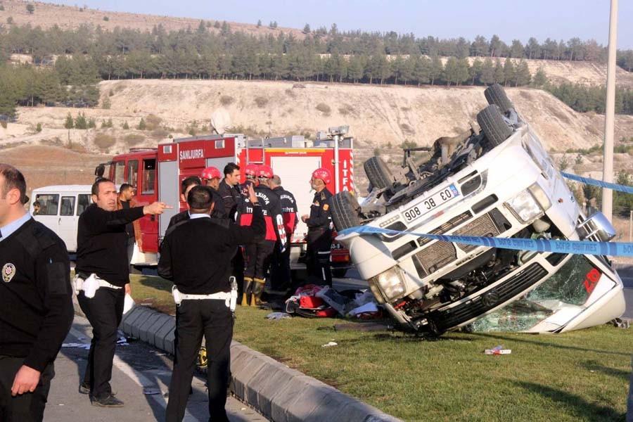 Urfa'da öğrenci servisi devrildi: 19 lise öğrencisi yaralı