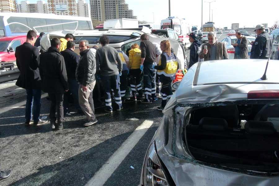 TEM'de zincirleme kaza, yolu kilitledi