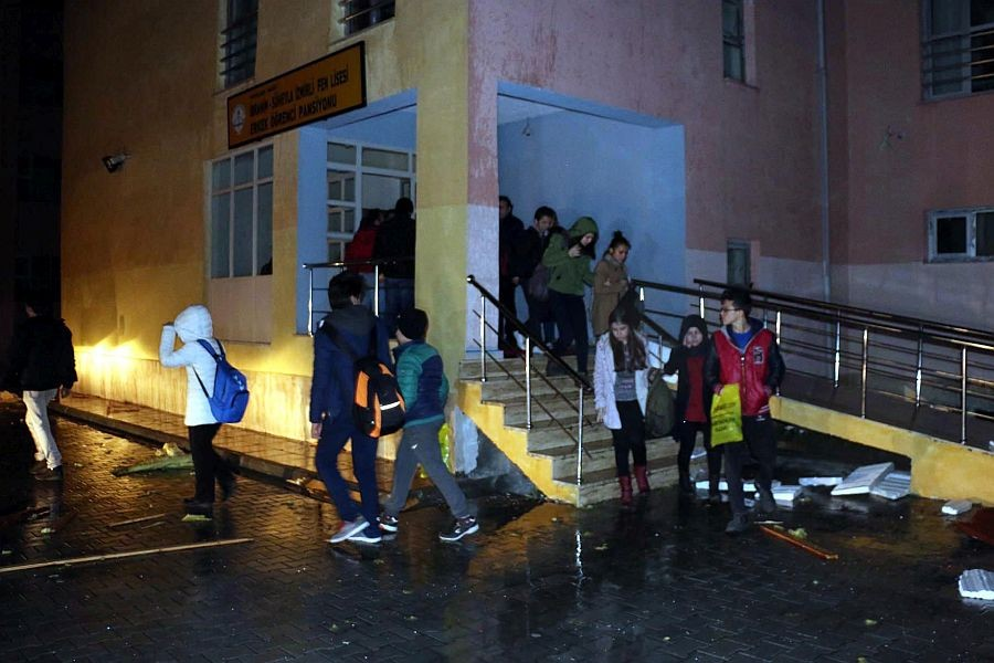 Öğrencilerin kaldığı pansiyonun çatısı uçtu