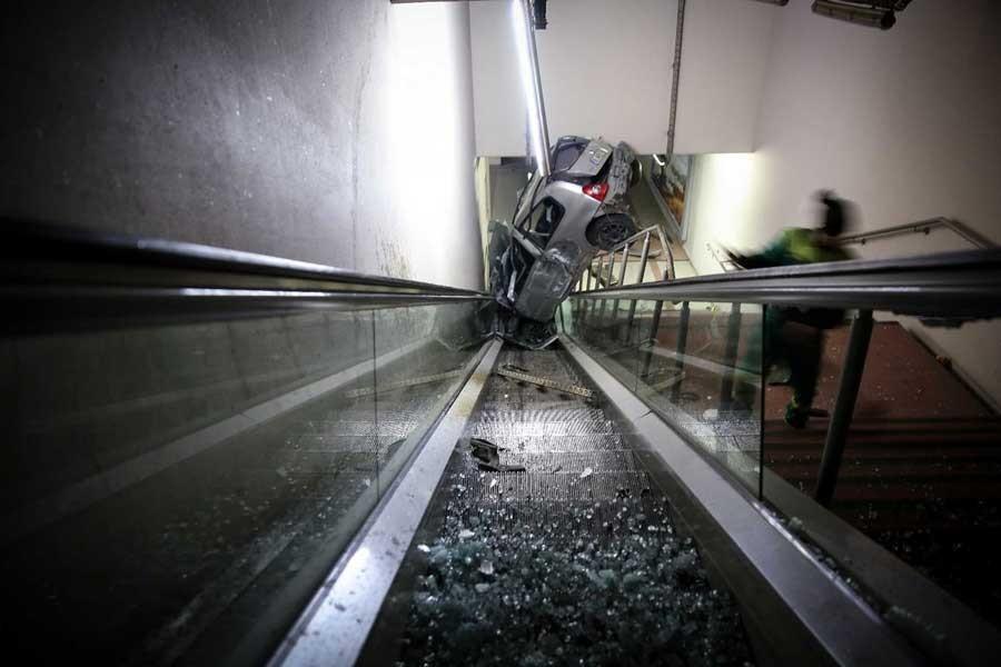 Yüksek hızda ilerleyen araç metroya girdi