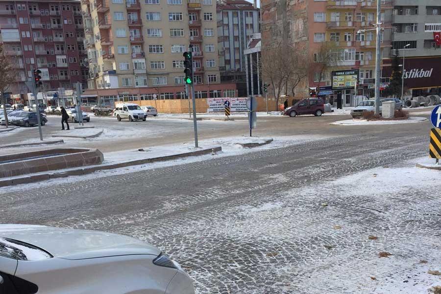 Kırşehir'de kar ve buzlanma kazalara neden oldu