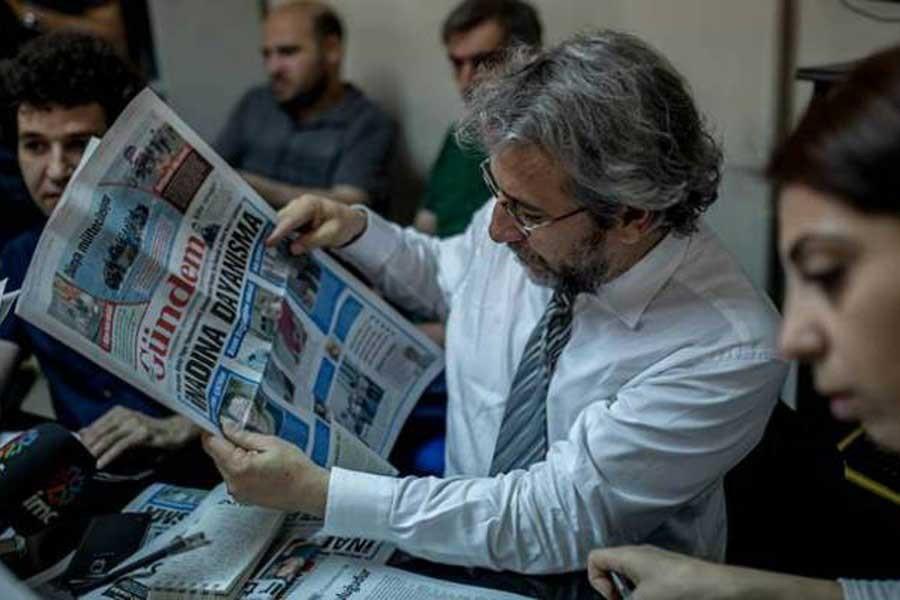 Can Dündar, Özgür Gündem gazetesini inceliyor.