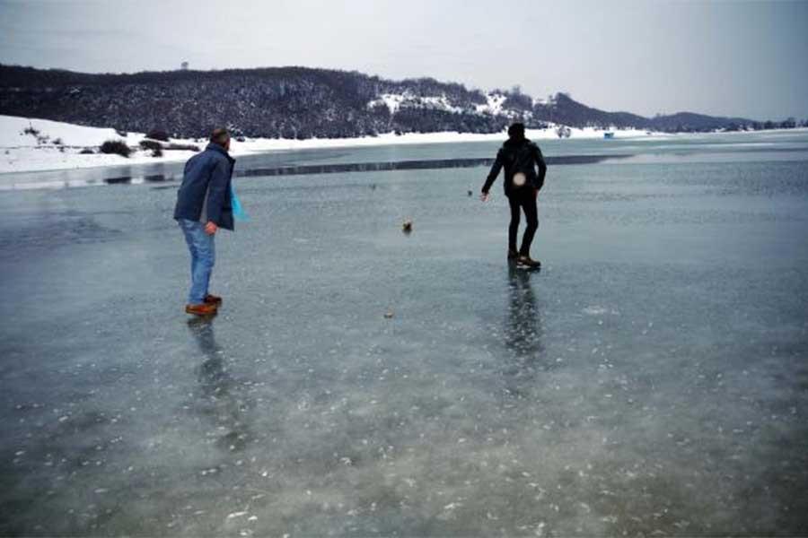 Tokat'ta gölet buz tuttu
