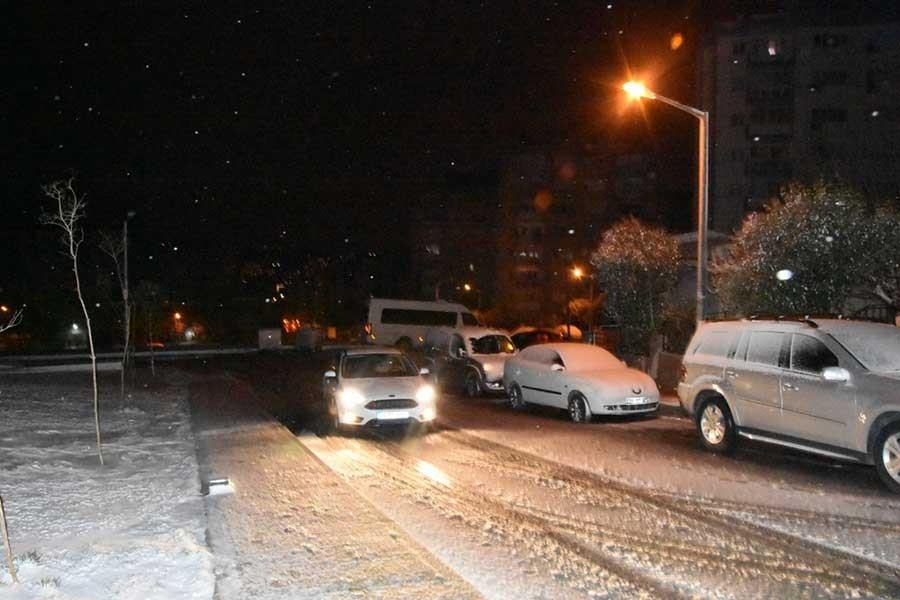 İzmir'in yüksek kesimlerine kar yağdı
