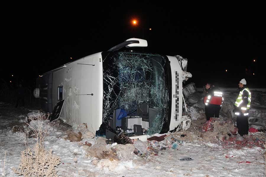 Yolcu otobüsü şarampole yuvarlandı: 31 yaralı