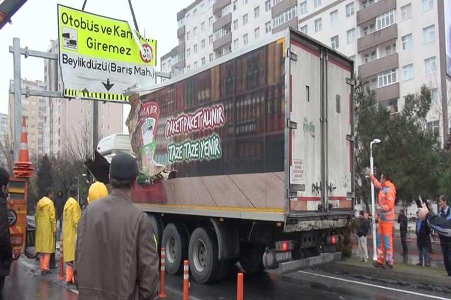 'Otobüs ve kamyon giremez' yazılı tabelaya kamyon çarptı