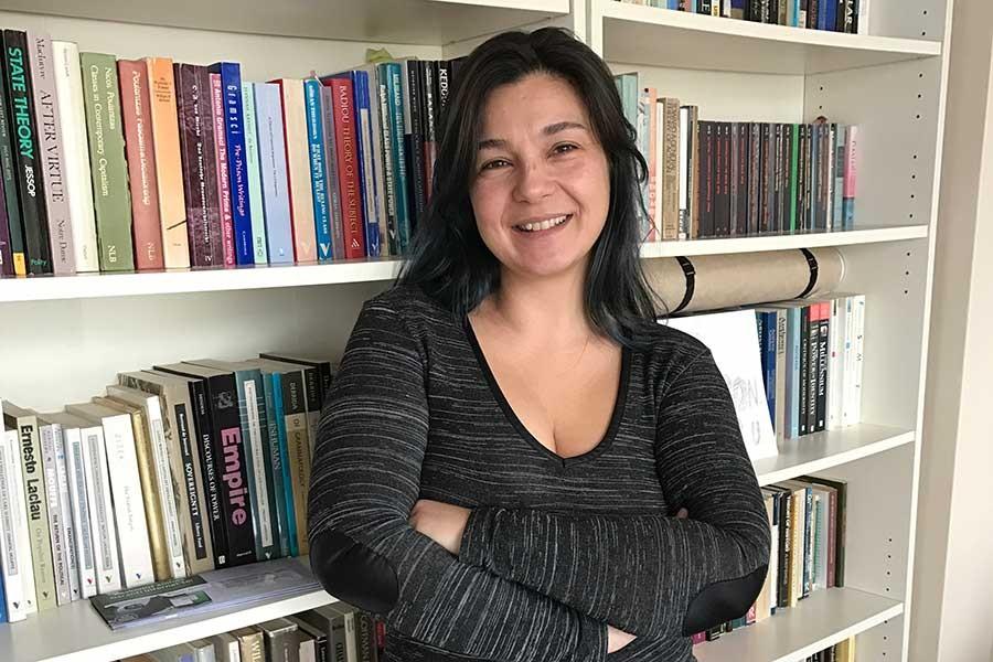 Altınbaş Üniversitesi Sosyoloji Bölümü Öğretim Üyesi Doç. Dr. Banu Kavaklı, kitaplığın önünde ayakta duruyor.