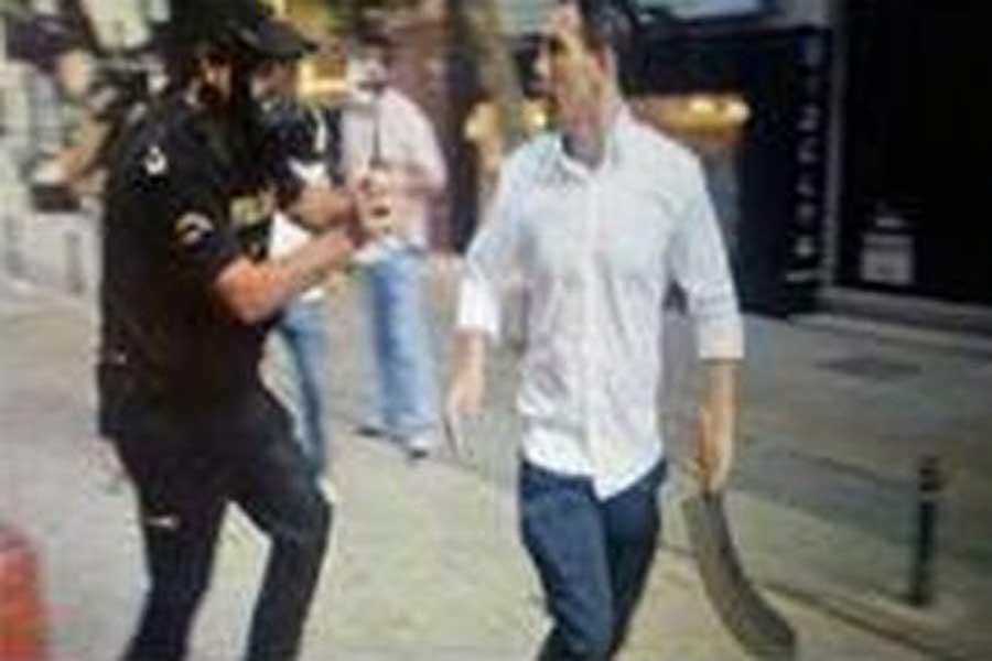 Gezinin palalı saldırganı ayağından vuruldu
