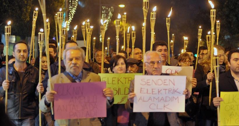 Elektrik kesintileri mum ve meşalelerle protesto edildi