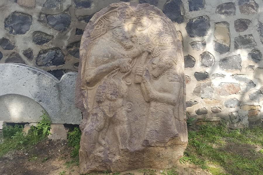 'Satıldı' dedikleri 2700 yıllık steli bahçeye gömmüşler