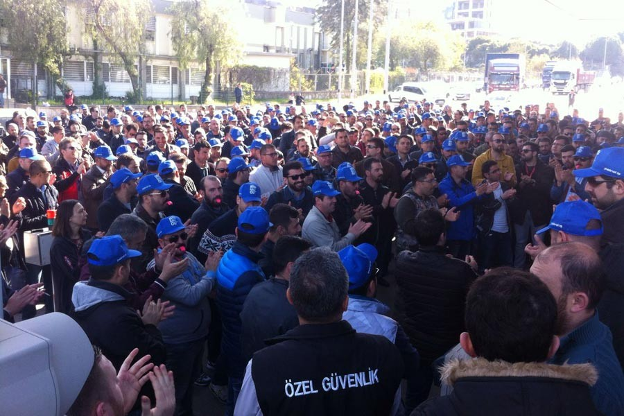PETKİM workers in İzmir go on struggle despite the police attack