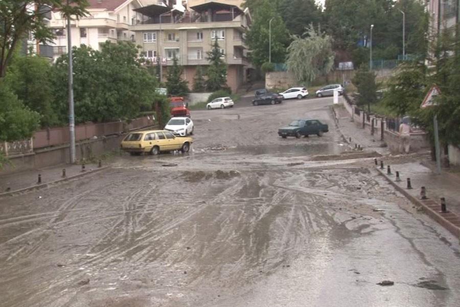 Ankara'da şiddetli sağanak hayatı olumsuz etkiledi