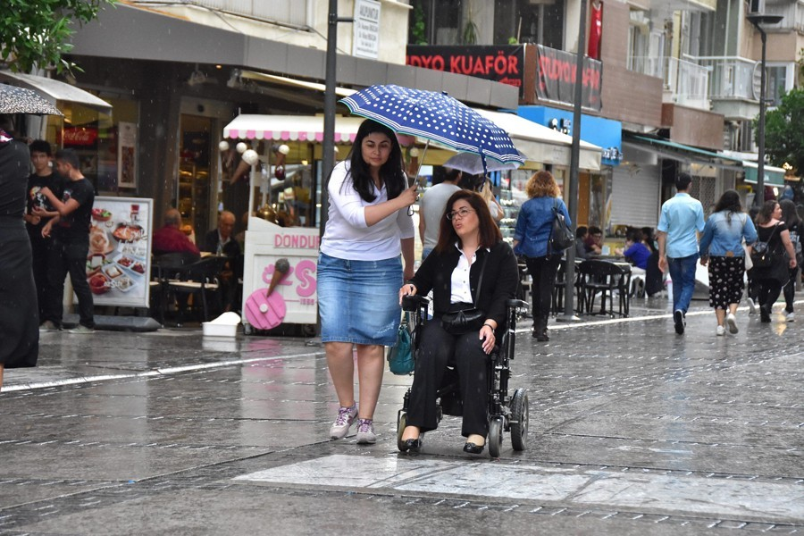 Sağanak yağmur İzmirlileri hazırlıksız yakaladı