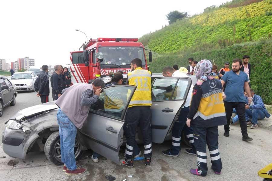 Kadıköy'de otomobille minibüs çarpıştı: 3 yaralı