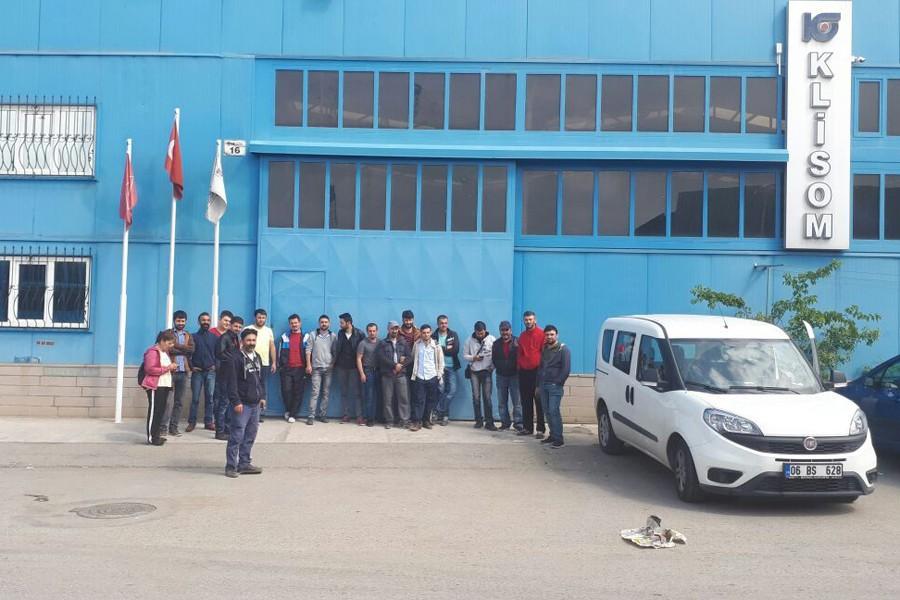 Klisom işçileri fabrika önünde bekliyor