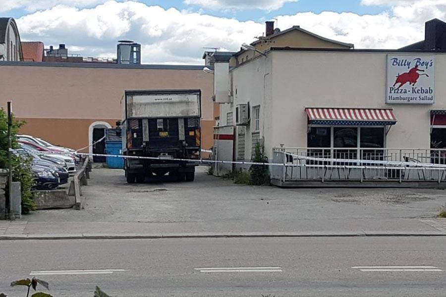 İsveç'de çalıntı kamyon araba ve bisikletleri ezdi