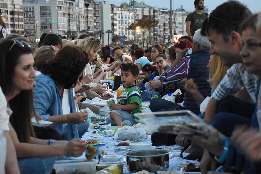 İzmir'de 'yeryüzü sofrası' kuruldu