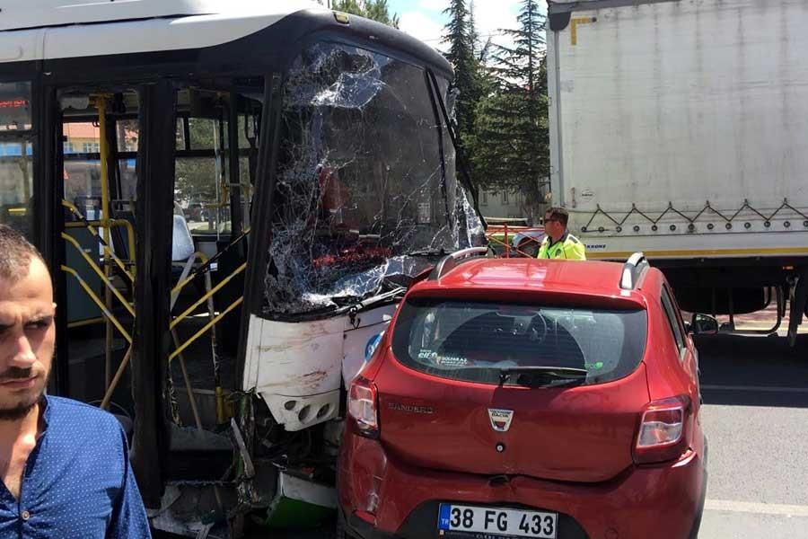 Halk otobüsü 5 araca çarptı: 1 ölü, 2 yaralı