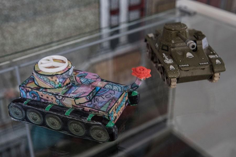 Çocuklar oyuncak tankın namlusuna çiçek koydu