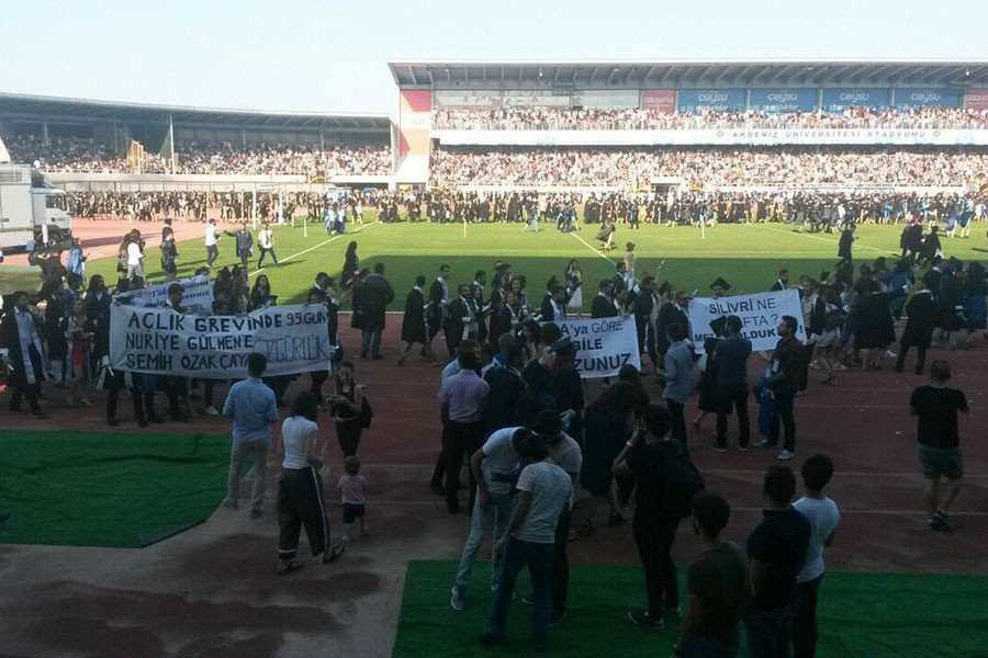 ÖGB Gülmen ve Özakça pankartı taşıyan öğrencilere saldırdı