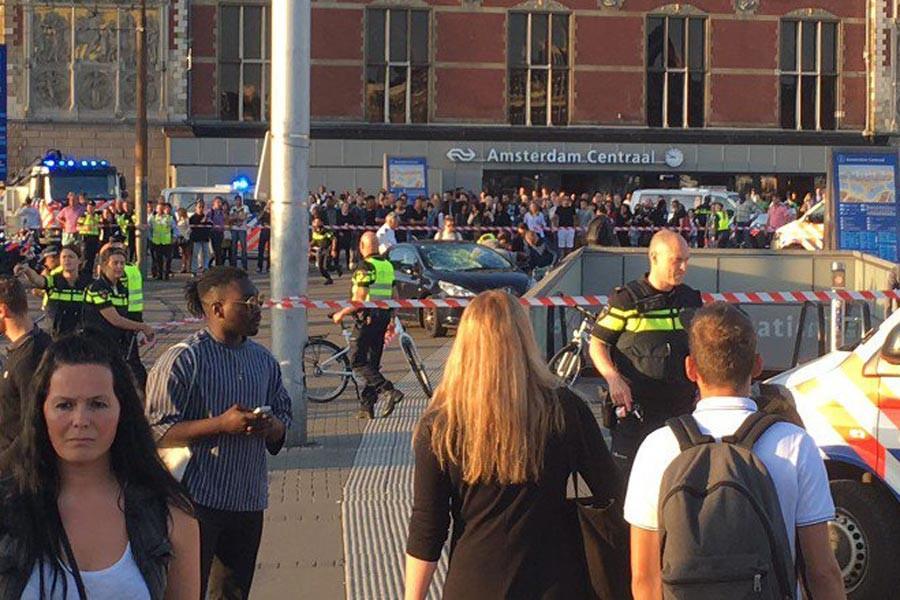 Amsterdam'da otomobil kalabalığa daldı: 2 yaralı