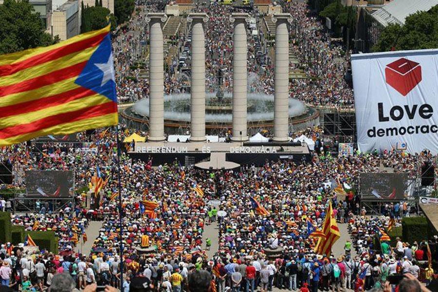 On binlerce Katalan 'karar verme hakkı' için destek istedi