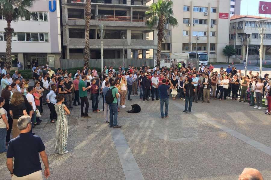 İzmir Belediyesi çalışanları açıklama bekliyor