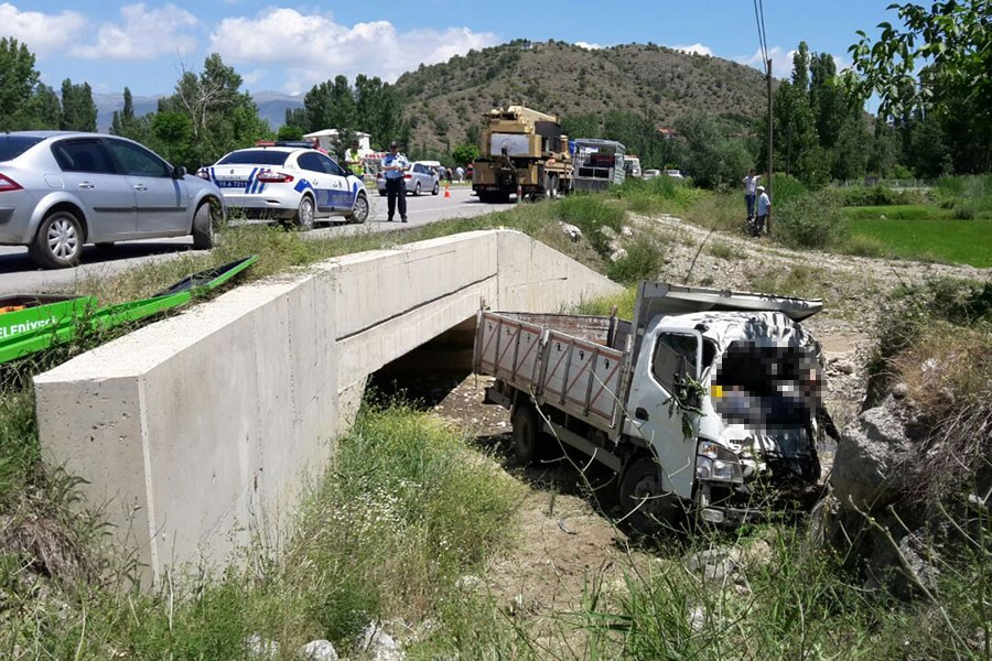 Kamyonet köprüden düştü: 2 ölü