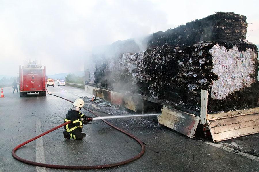 Kağıt yüklü TIR'da yangın çıktı