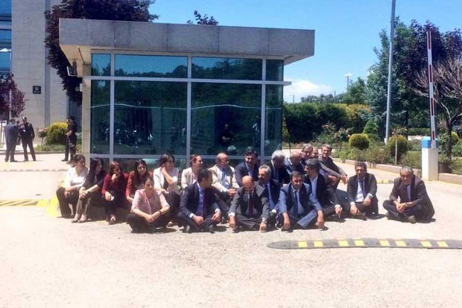 HDP Anayasa Mahkemesi önünde oturma eylemi yaptı