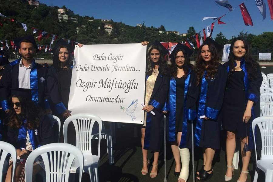 Öğrencileri akademisyen Özgür Müftüoğlu için pankart açtı