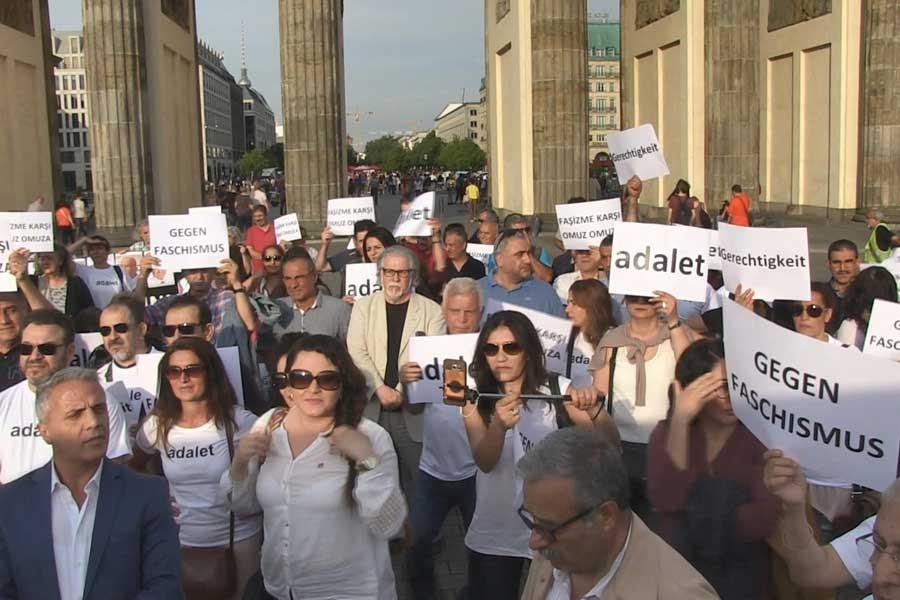 CHP'liler, Berlin'de 'adalet' mitingi düzenledi