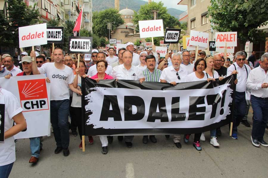 İzmir'den başlayan 'Adalet Yürüyüşü' Manisa'da devam etti