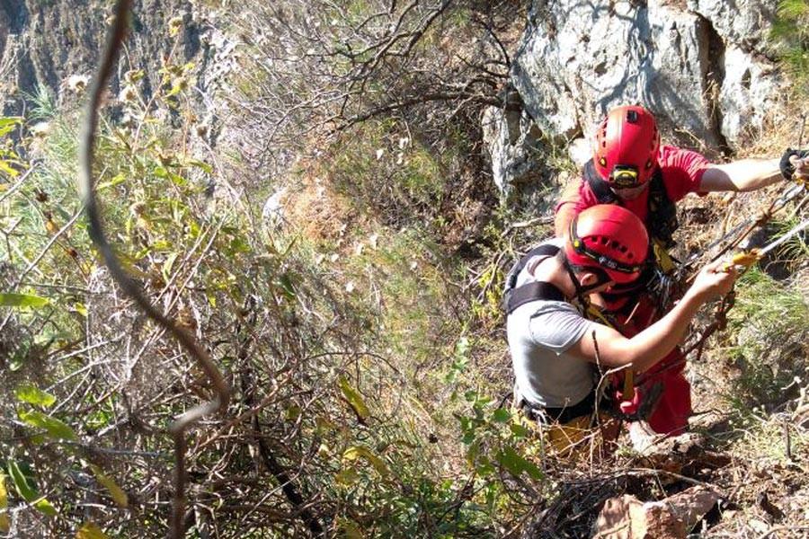 Kayalıklarda mahsur kalan öğrencilerkurtarıldı
