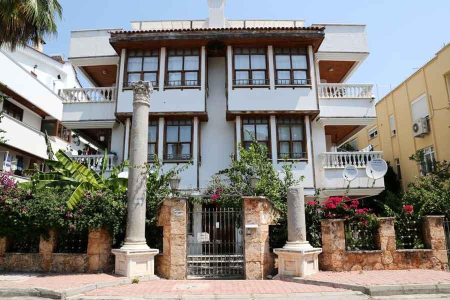 Müze izin verdi, Roma sütununu evinin önüne yerleştirdi