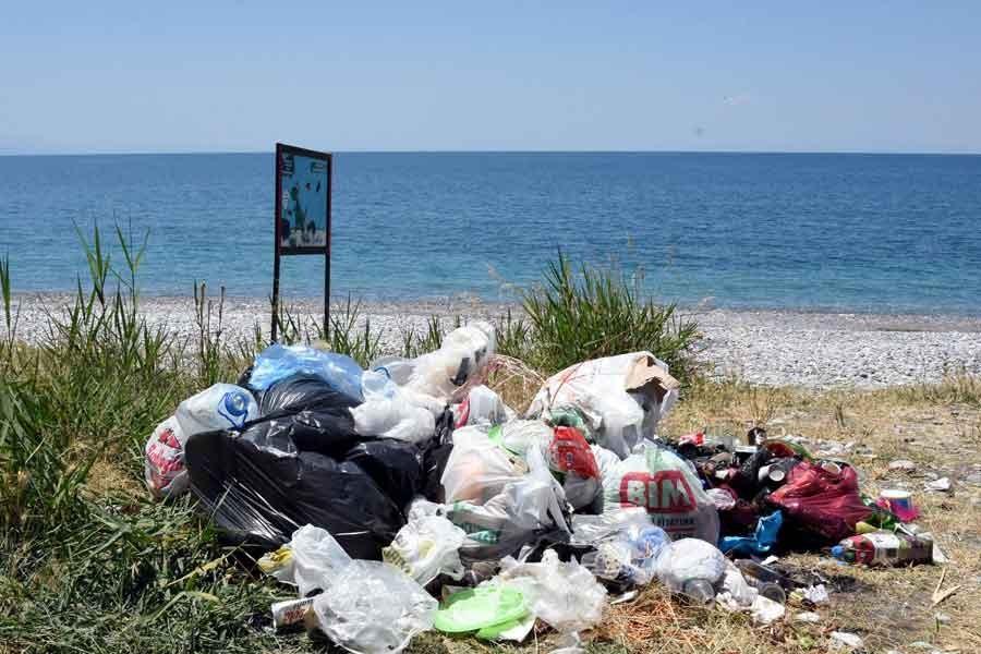 Van Gölü'nün mavi bayraklı plajı çöpe döndü