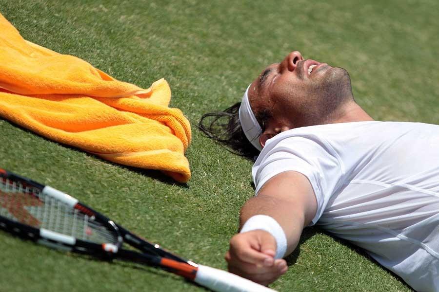 Sıcaktan bunalan tenisçi karşılaşmada baygınlık geçirdi