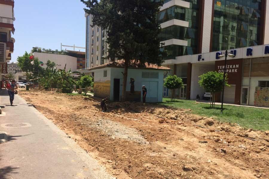 Antalya'da AKP'li belediye parkı yıktı, ağaçları kesti