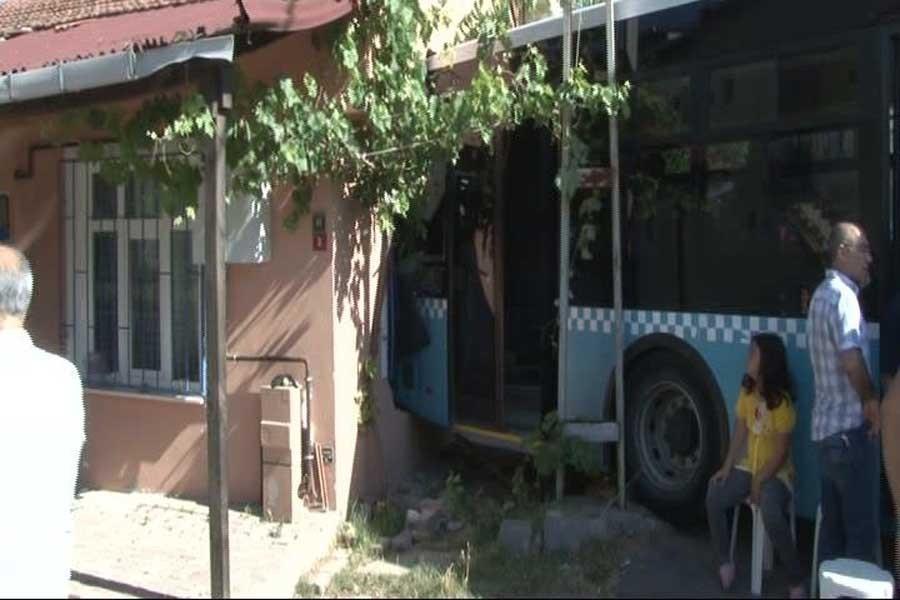 Halk otobüsü eve çarptı