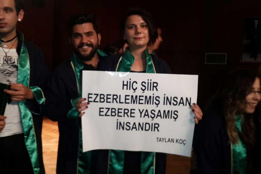 İhraç edilen hocalarının sözlerini taşıyarak mezun oldular
