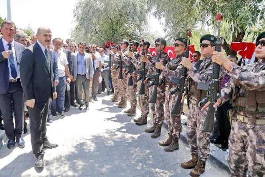 Özel Harekat'tan karşılama: Silahlara emniyet pimi takıldı