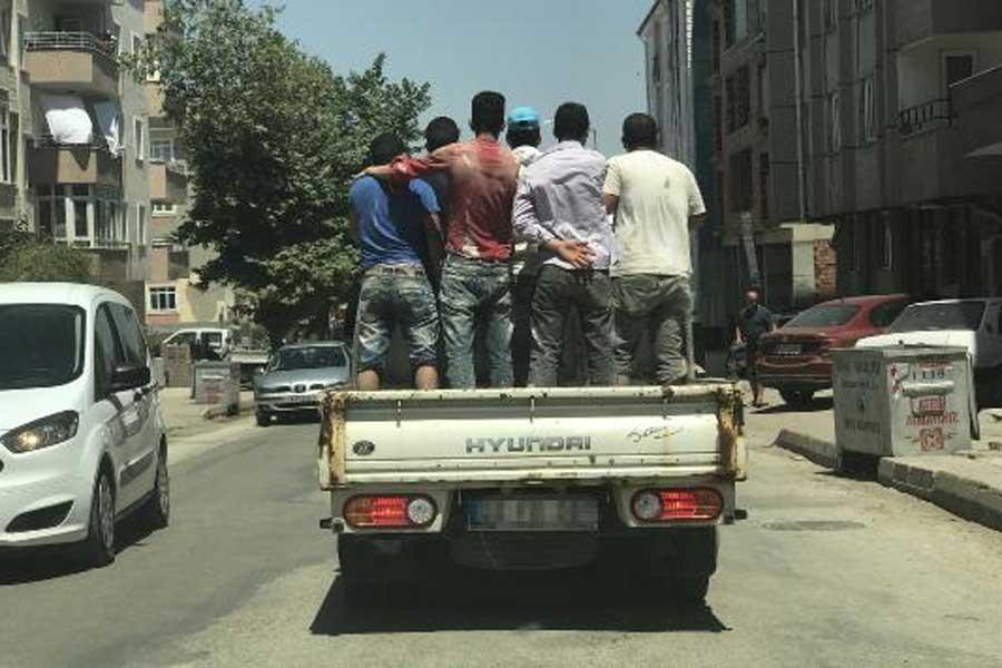 İşçiler kamyonet kasasında böyle yolculuk etti