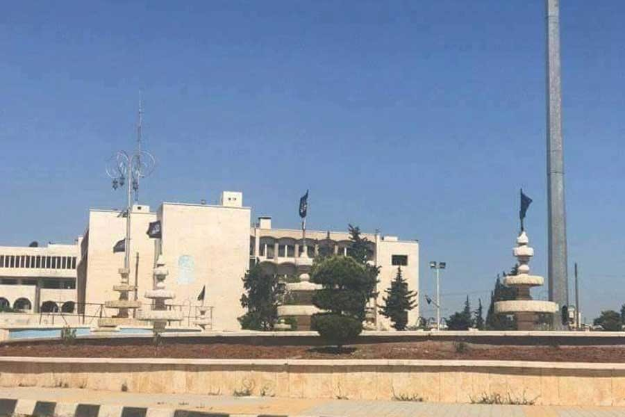 İdlib'de IŞİD kentin yüksek binalarına bayrak astı