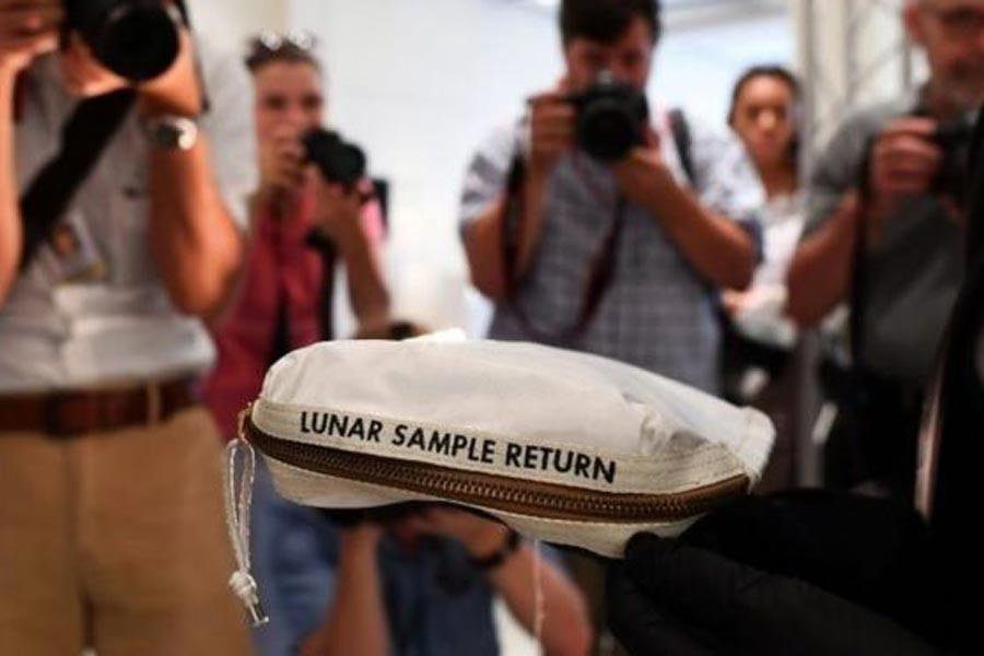 Neil Amstrong'un çantası 1.8 milyon dolara satıldı