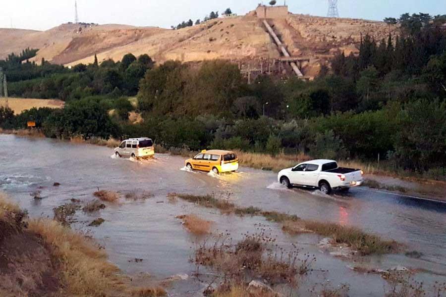 Nusaybin'de içme suyu şebekesi patladı, yollar su altında
